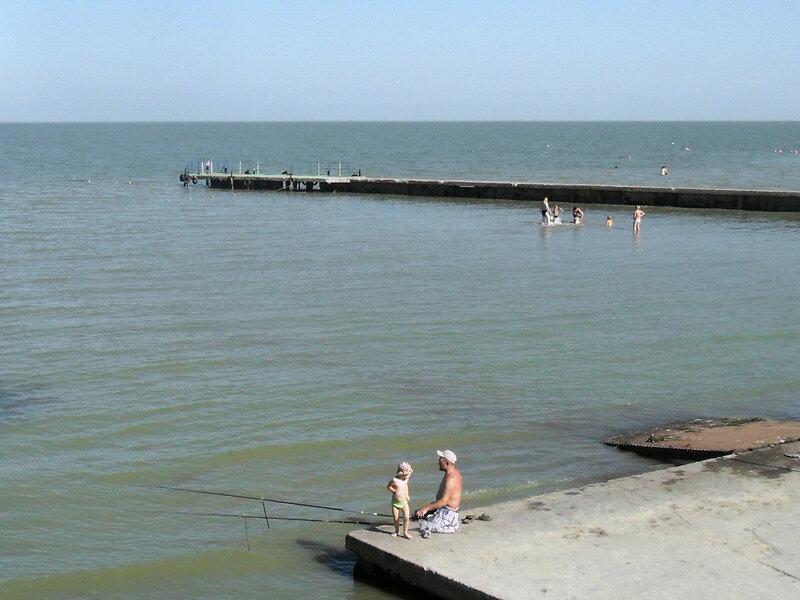 С удочкой, июль у моря