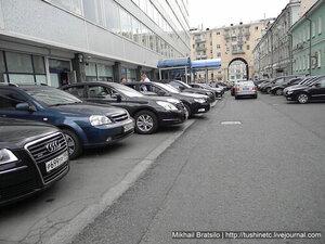 Депутаты нарушают свой же закон о парковке прямо возле Думы в центре Москвы!