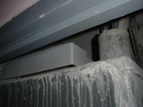 Фото 16. Лицевая панель пластикового бокса на крыше стального шкафа в этажном щите. Крупный план.