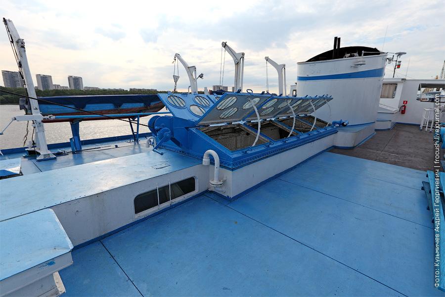 Средняя часть шлюпочной палубы. Открытые вентиляционные люки шахты МКО. теплоход Белинский