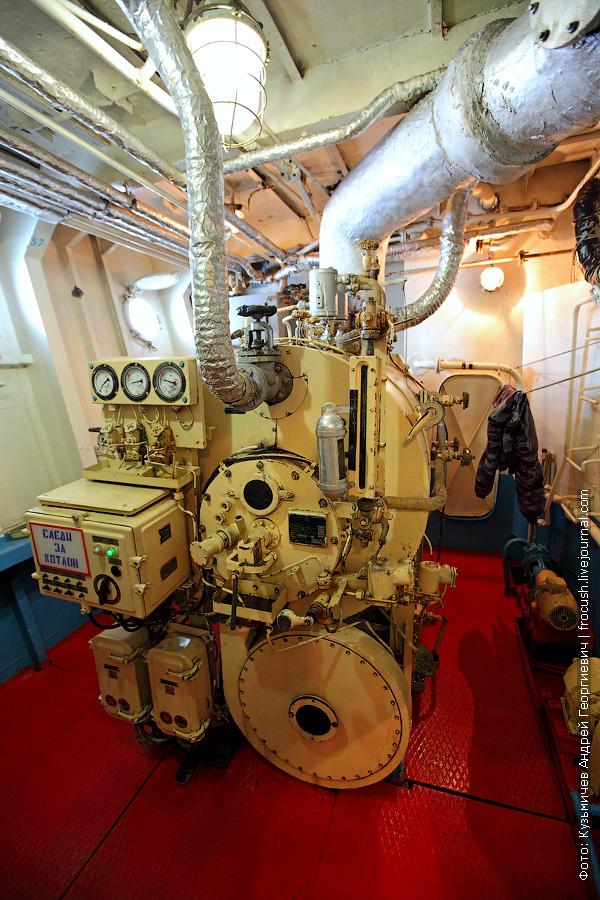теплоход Бородино машинное отделение котел
