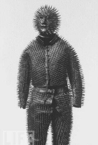 Для чего предназначался этот необычный костюм?