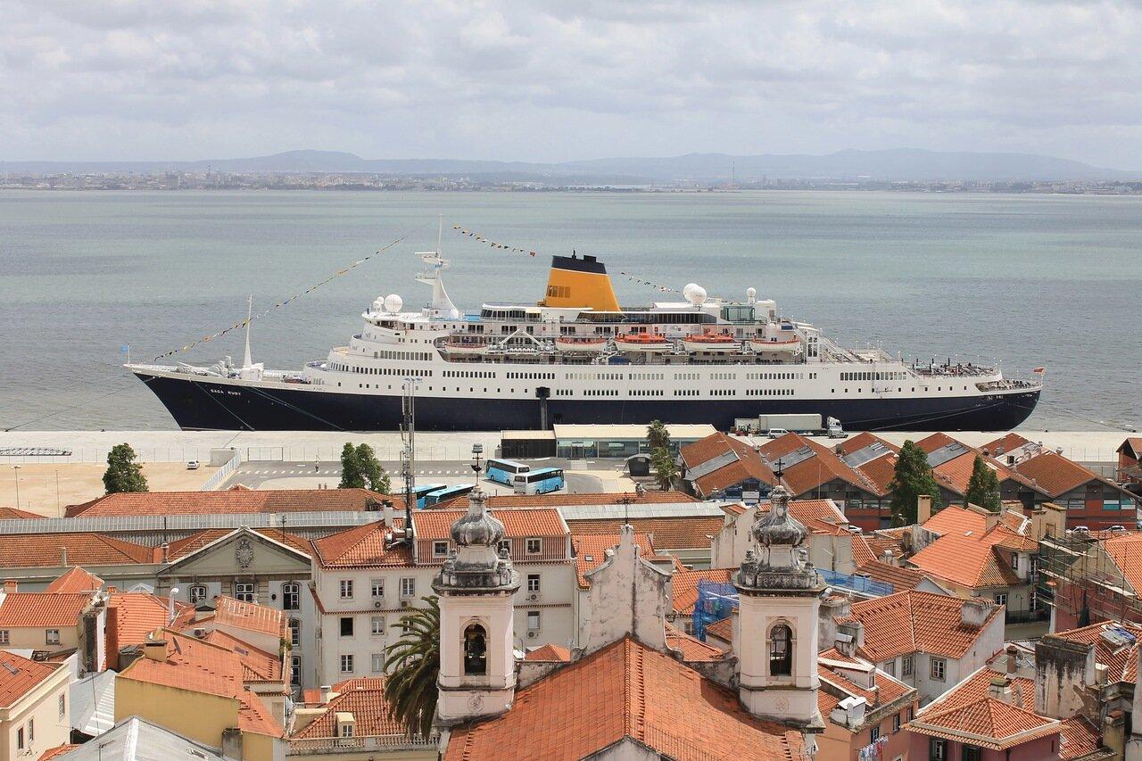 Лайнер Saga Ruby в Лиссабоне