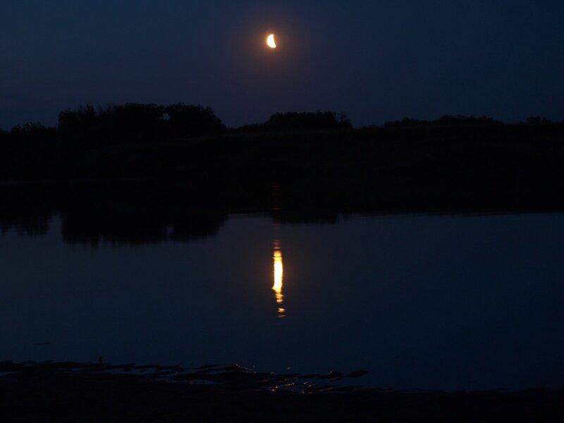 Луна над противоположным берегом и лунная дорожка на Моломе