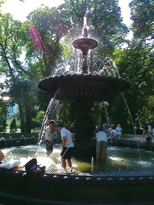 Купание в фонтане Мариинского парка