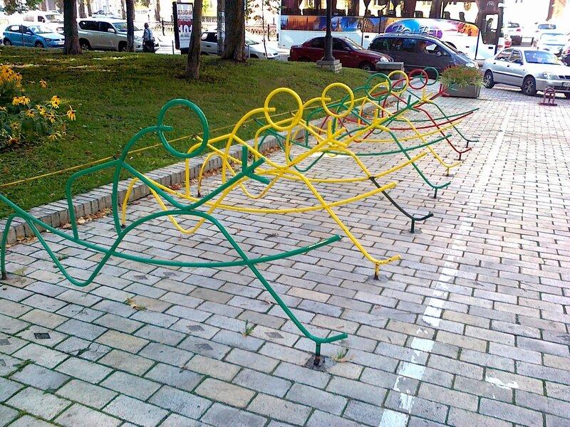 Стойки велопарковки в парке Шевченко
