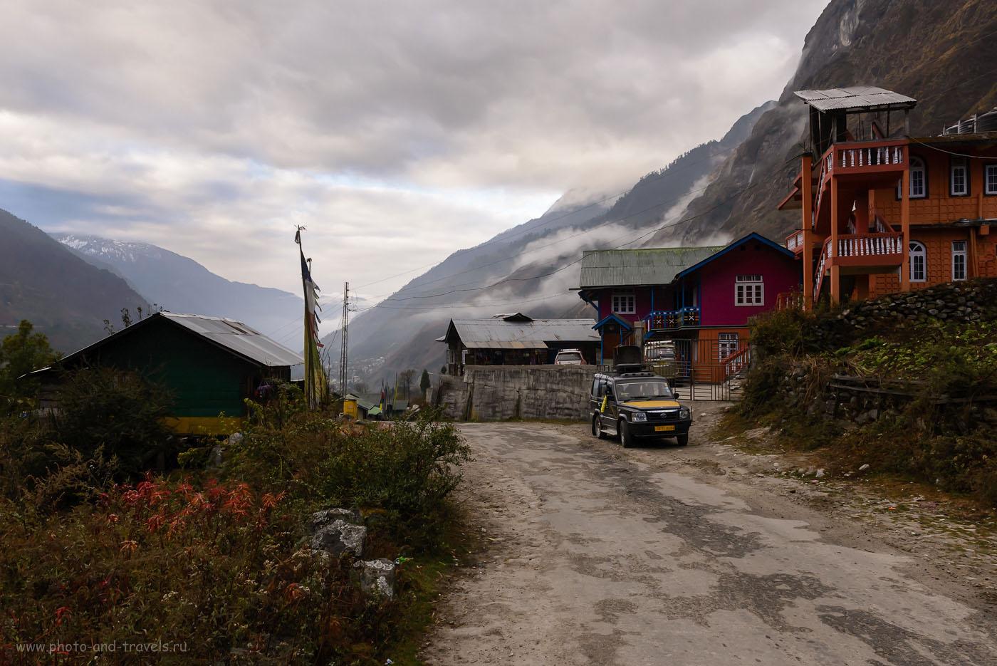 10. Деревня Lachung – последнее поселение перед Yumthang Valley. Сейчас быстро отстраивается туристическая инфраструктура, очарование теряется. Думаю, лет через пять, здесь уже не будет никакой магии заброшенной в Гималаях земли. Отчет о поездке в Сикким в Индии. 8.0, 1/250, 800, -2.0 EV, 24.