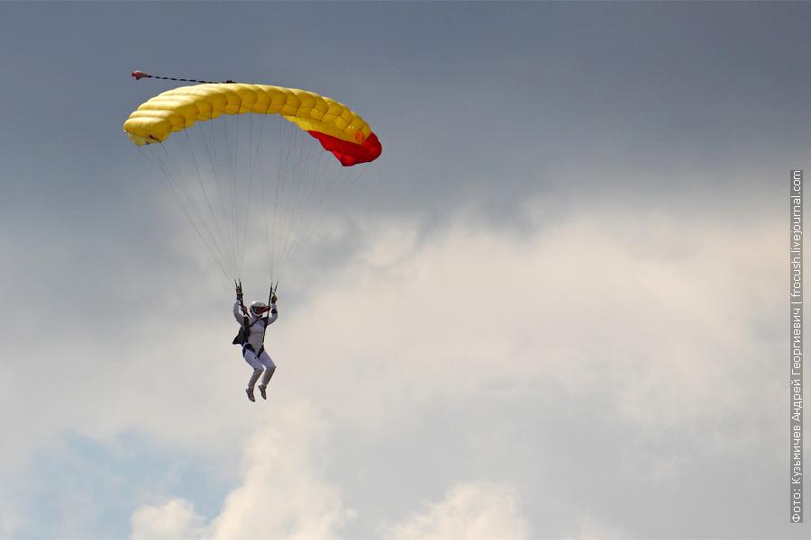 парашютисты приземляются. 100 лет ВВС