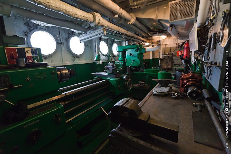 В машинном отделении есть небольшая мастерская с токарным станком и сверлильным теплоход Михаил Фрунзе