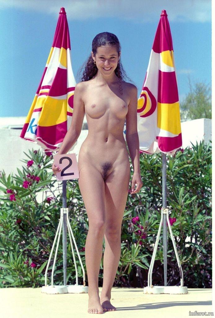 голая девушка на конкурсе под 2 номером
