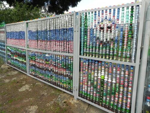 Как украсить забор на даче своими руками из пластиковых бутылок 60