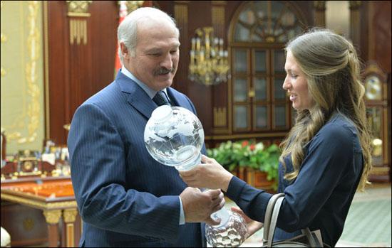 Домрачева подарила Лукашенко копию огромного Хрустального глобуса