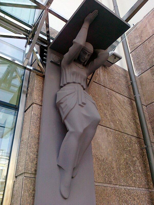 Фасад Музея истории Киева украшен фигурами