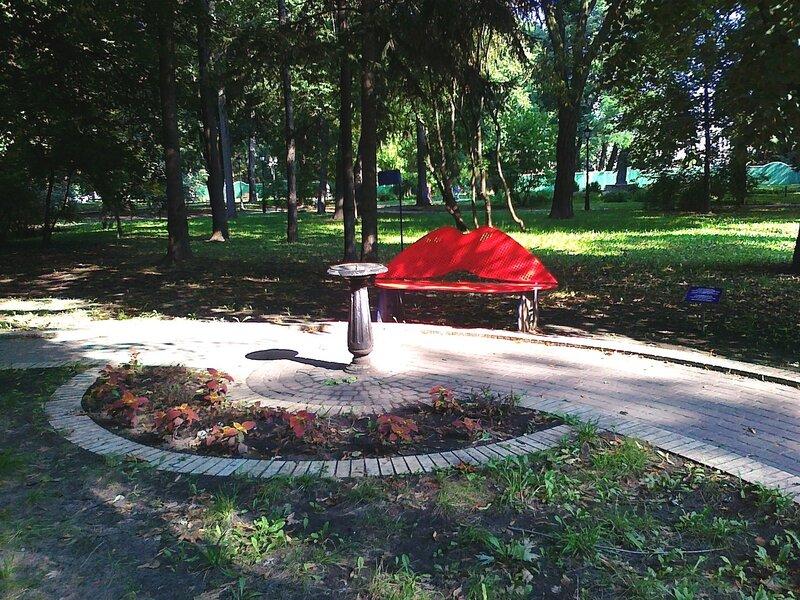 Парковая скамейка для влюбленных