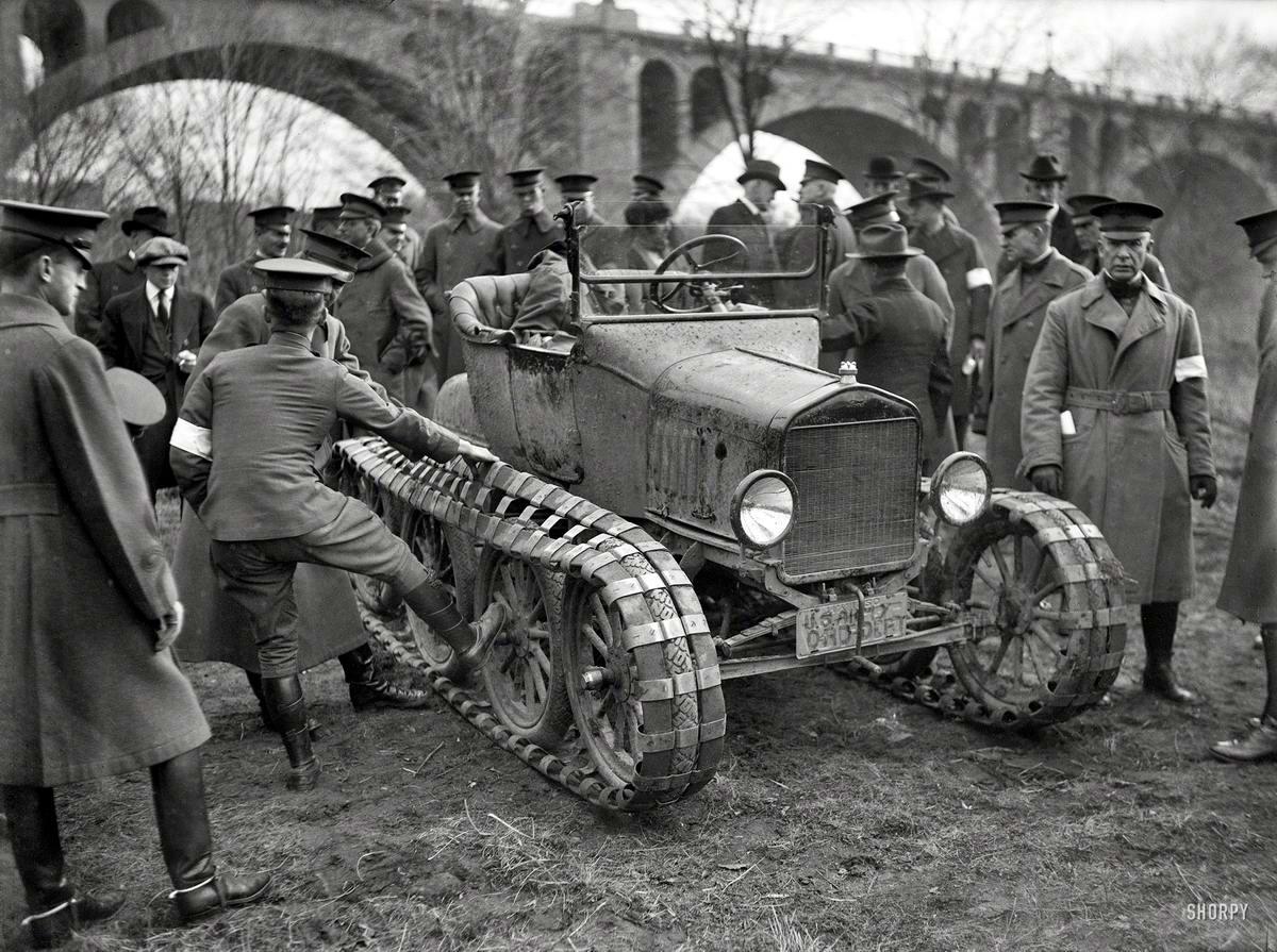Во время испытаний гусеничного автомобиля для нужд военного ведомства (Вашингтон, 1920 год) - 2