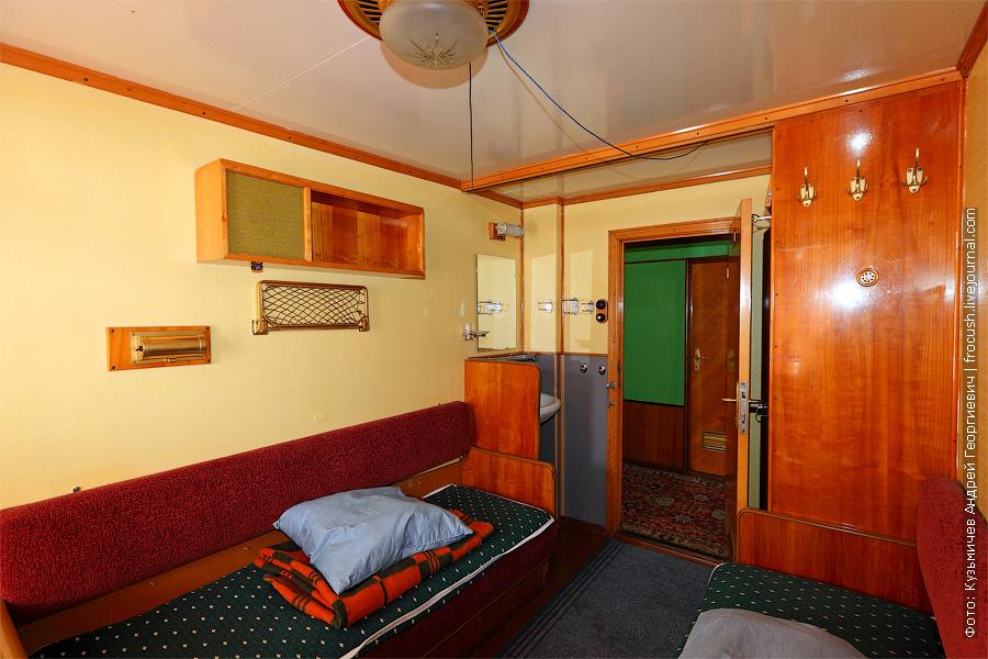 Двухместная одноярусная каюта с умывальником №27 на средней палубе теплохода. теплоход Плеханов