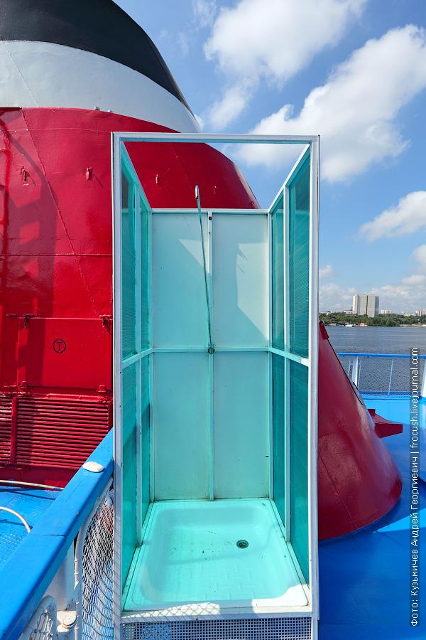 Одна из двух душевых кабинок в солярии теплоход Семен Буденный
