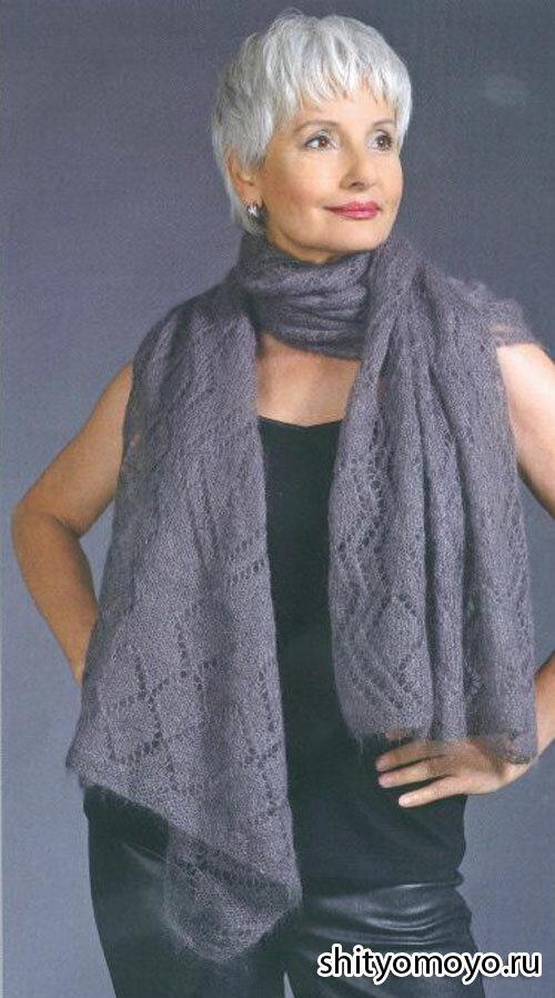 Серая шаль, связанная спицами