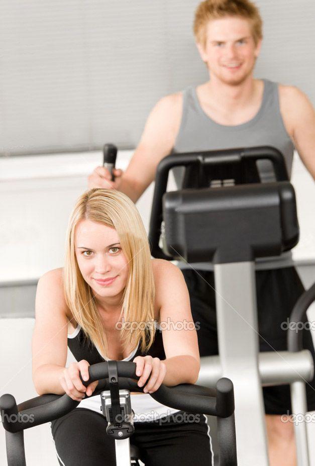 эти странные мужчины - парень и девушка в спортзале