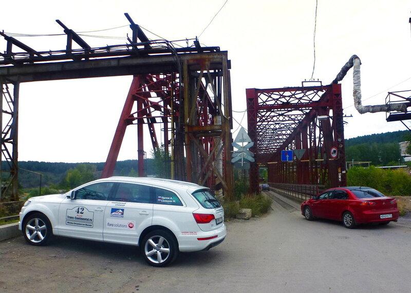 город Усть-Катав: Audi Q7 экспедиции перед Французким мостом в Усть-Катаве