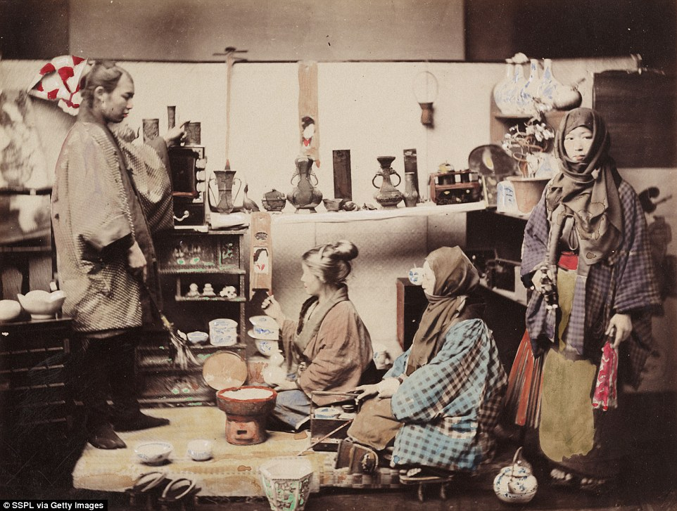 Снимок, сделанный и раскрашенный Феличе Беато: женщины в традиционной японской лавке, конец XIX века