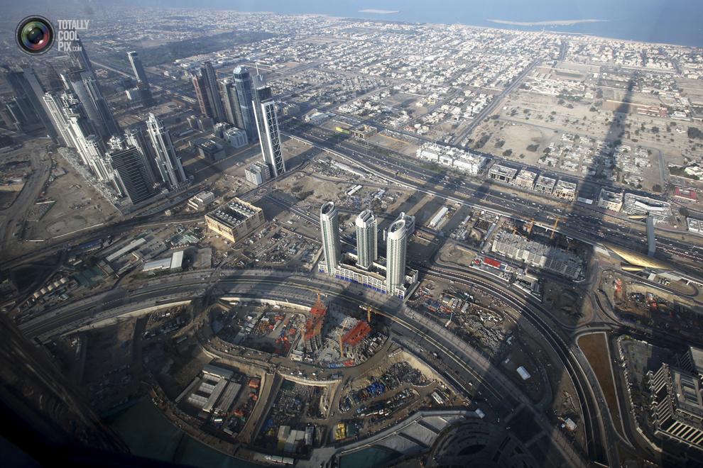 14. Вид со смотровой площадки на 124-ом этаже небоскреба «Бурдж-Халифа», отбрасывающего тень на Дуба