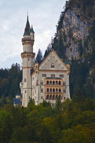 "Schloß Neuschwanstein nɔy'ʃvanʃtain, буквально:  ""Новый лебединый утёс "") - романтический замок баварского короля..."