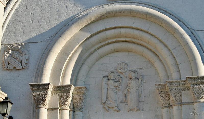 Барельеф над входом в церковь-часовню Владимира, митрополита Киевского