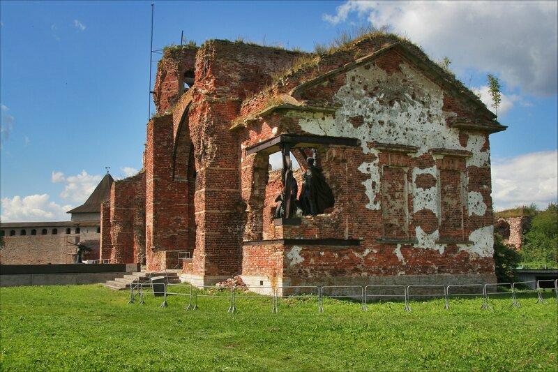 Мемориальный одиночный комплекс с крестом Достопримечательности кромвель надгробие фото