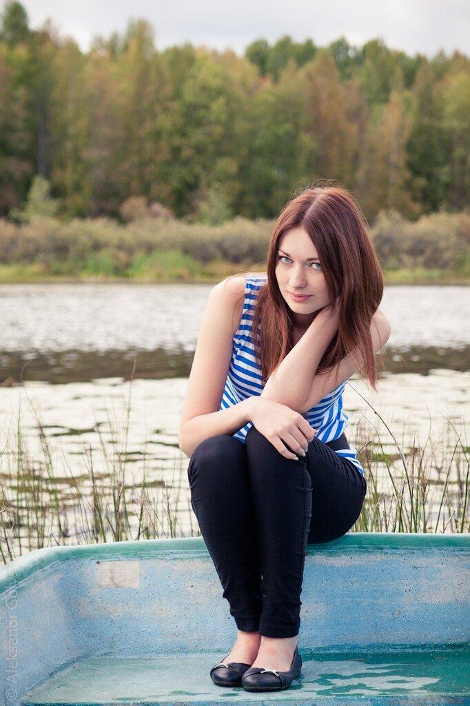 Таня на лодке