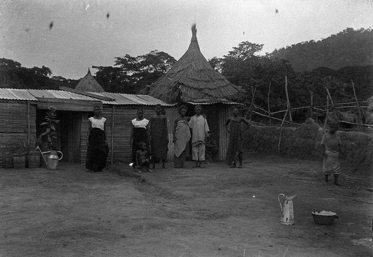 Савалу. Женщины возле хижины
