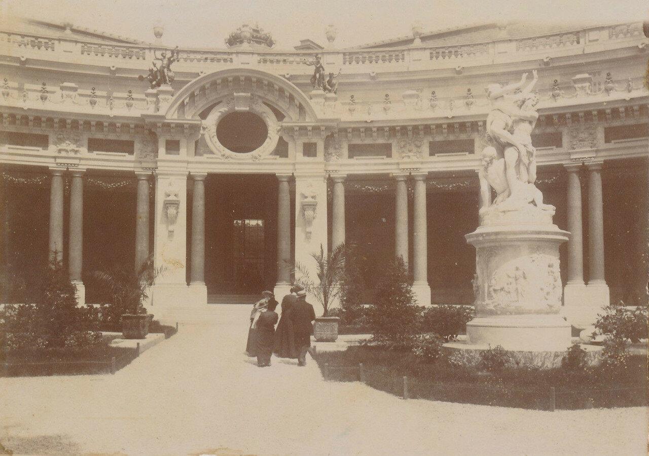 Двор Малого дворца