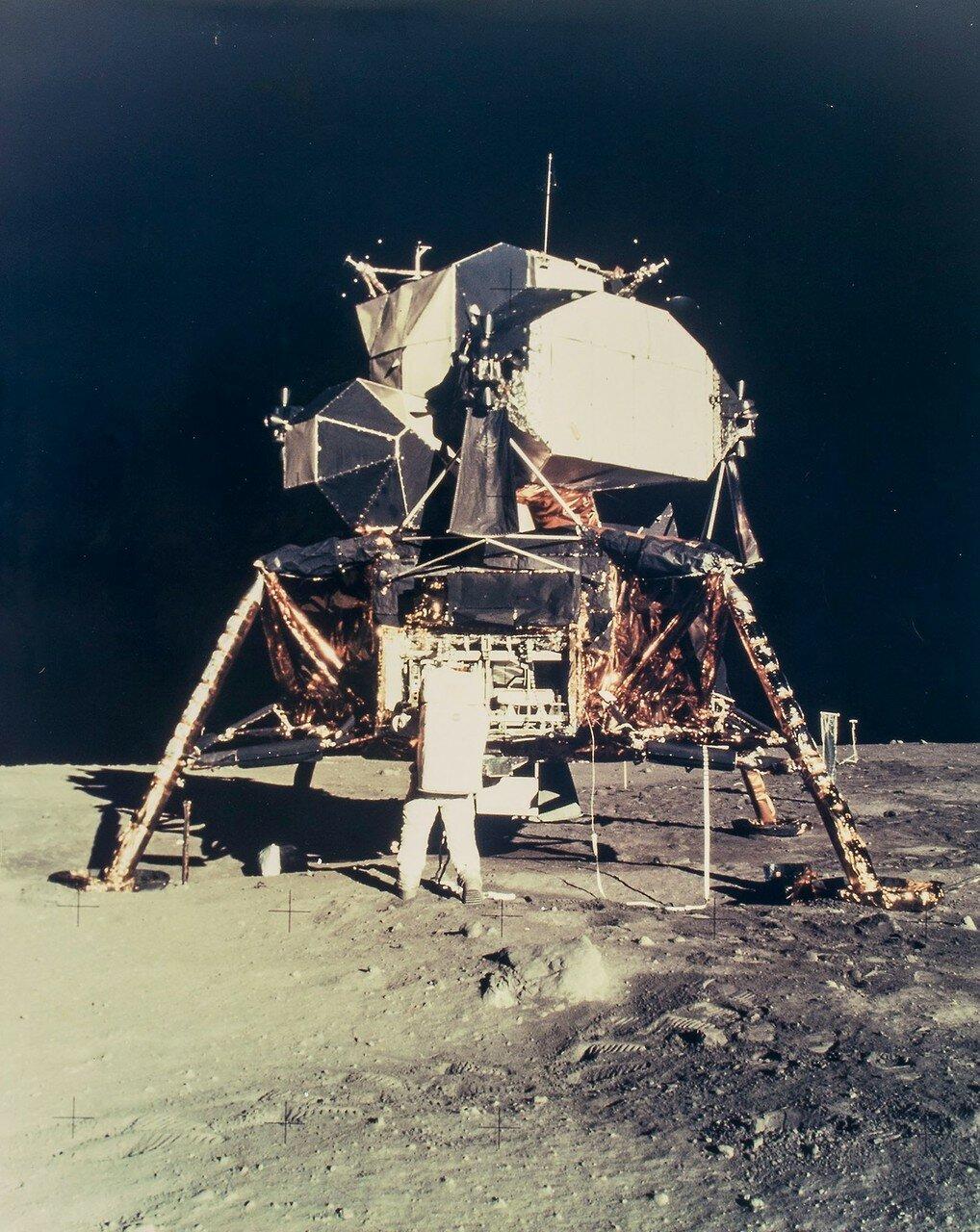 Армстронг поставил на грунт и правую ногу, после чего доложил о своих первых впечатлениях. По его словам, мелкие частицы грунта походили на порошок, который можно легко подбросить вверх мыском.  На снимке: Базз Олдрин возле лунного модуля «Орел»
