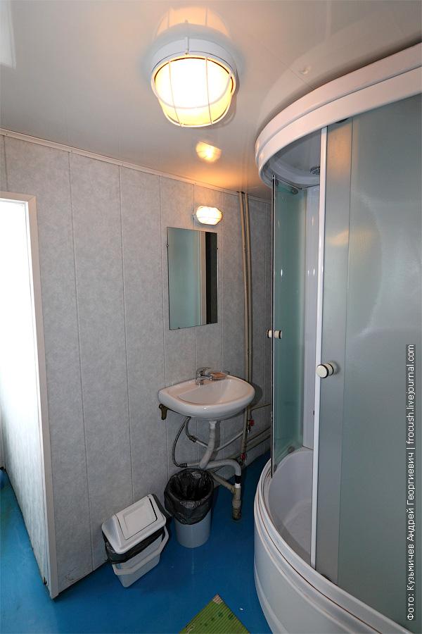 В санблоке каюты люкс установлена душевая кабина. теплоход Г.В.Плеханов