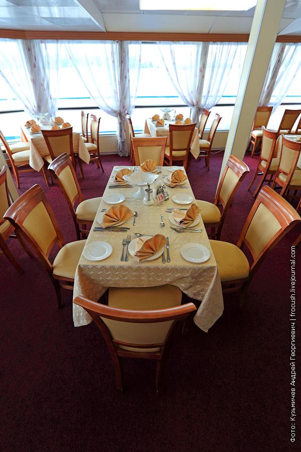 Ресторан в кормовой части средней палубы теплохода Семен Буденный
