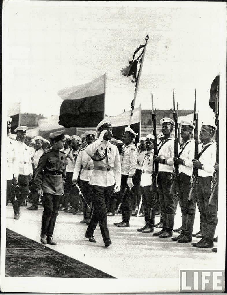 Император Николай II и Цесаревич Алексей на смотре моряков.