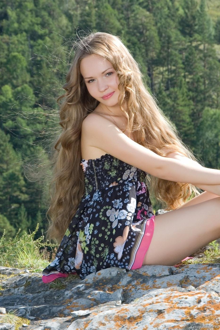 эротические фото девушки с кудрявыми волосами