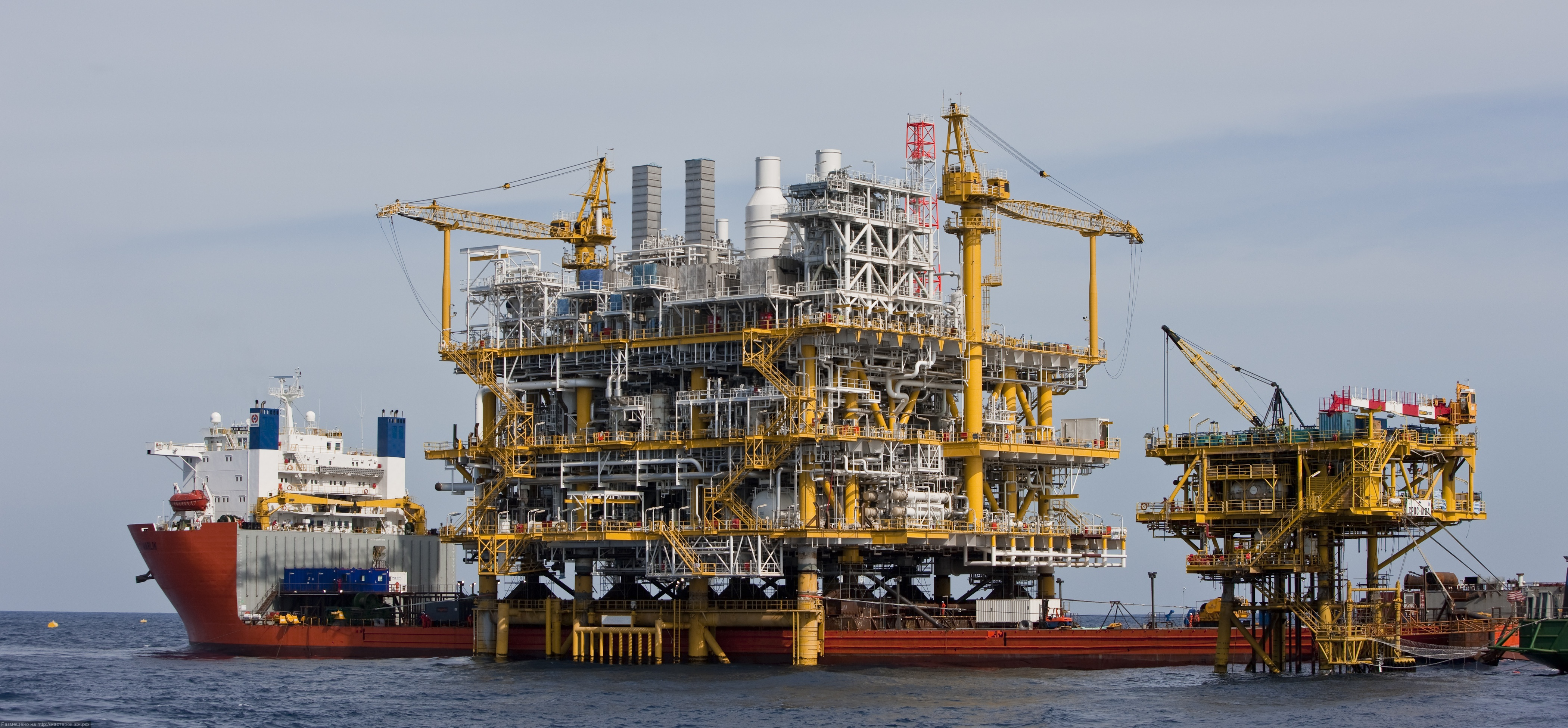 Dockwise shipping gas production platform installation in the Gulf of Thailand