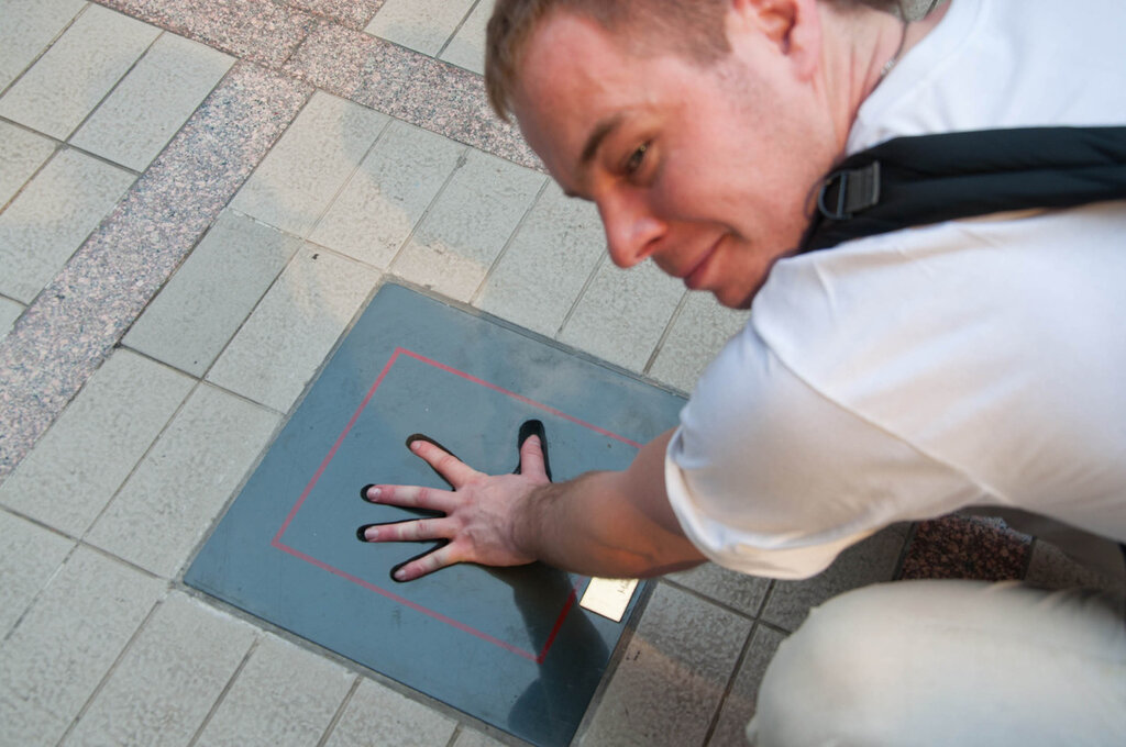Тайланд, Бангкок, примеряю руку к отпечатку руки Джеки Чана