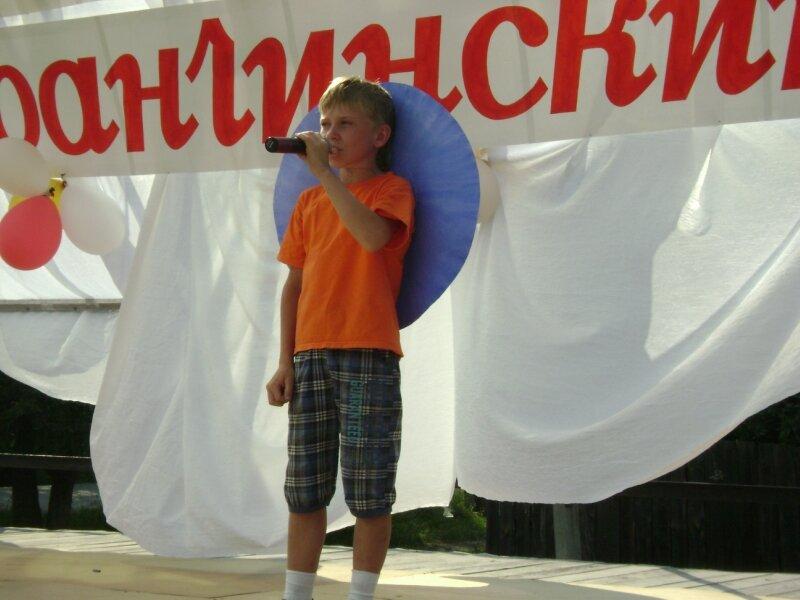 Женя Пономарев исполняет песню