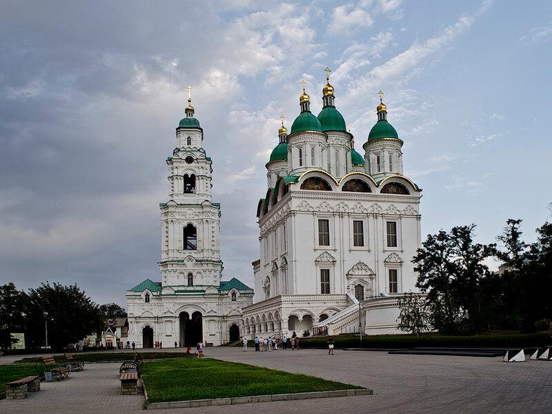 Пречистенская колокольня и Успенский собор (собор Успения Пресвятой Богородицы) Астраханского кремля