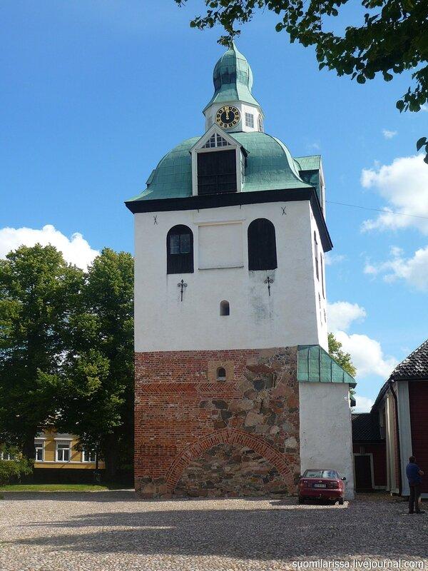 Старинная колокольня собора.