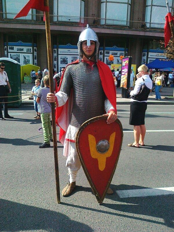Русский воин в доспехах на Крещатике 1 сентября