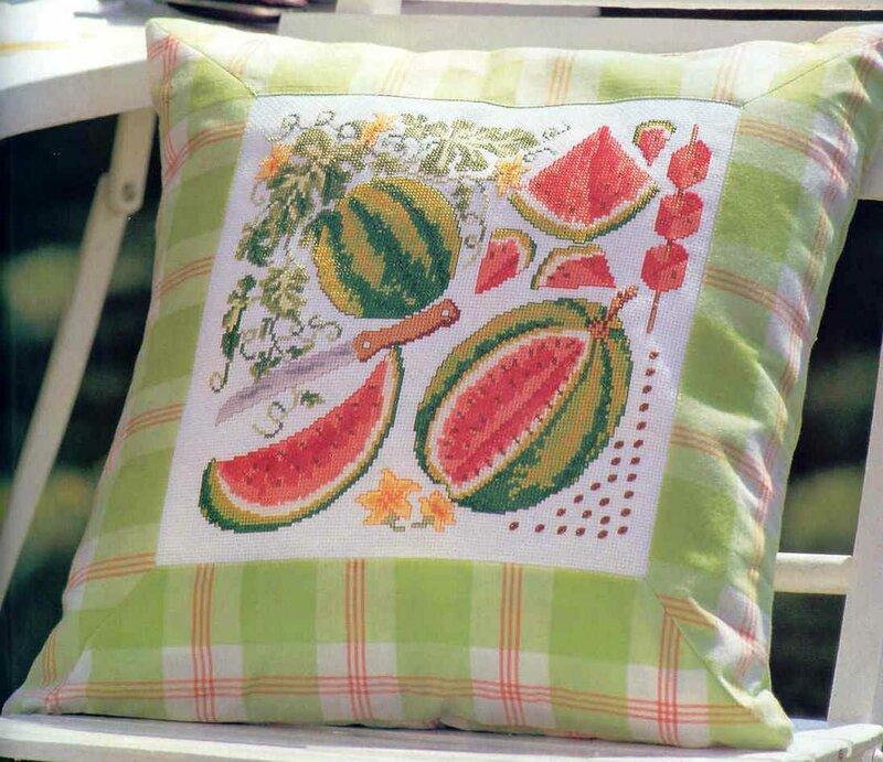 Красивые подушки с вышивкой.