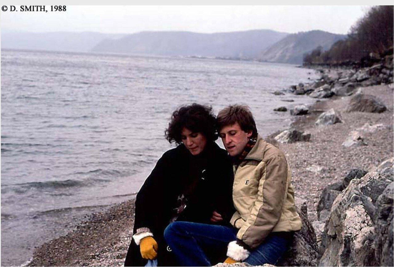 Пара на берегу озера Байкал в районе поселка Листвянка