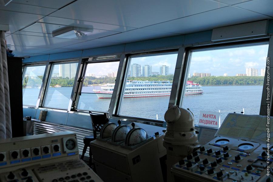 капитанский мостик теплохода Семен Буденный фото