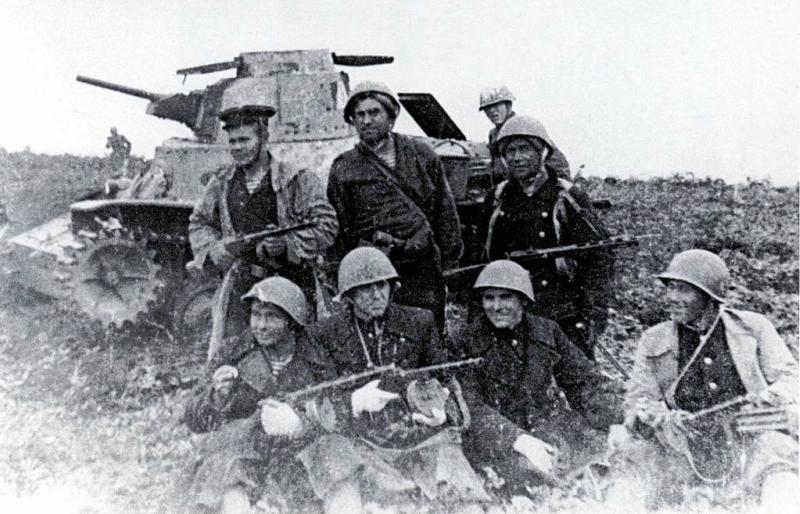 Soviet-marines-pose-with-a-destroyed-Japanes-tank-Shumshu-Kuril-Islands-August-1945.jpg