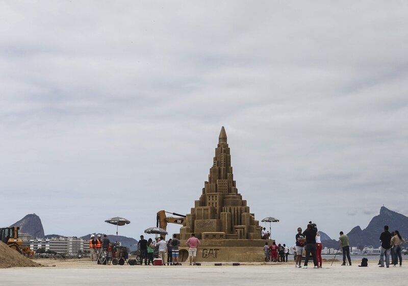 В Бразилии построили самый большой в мире замок из песка