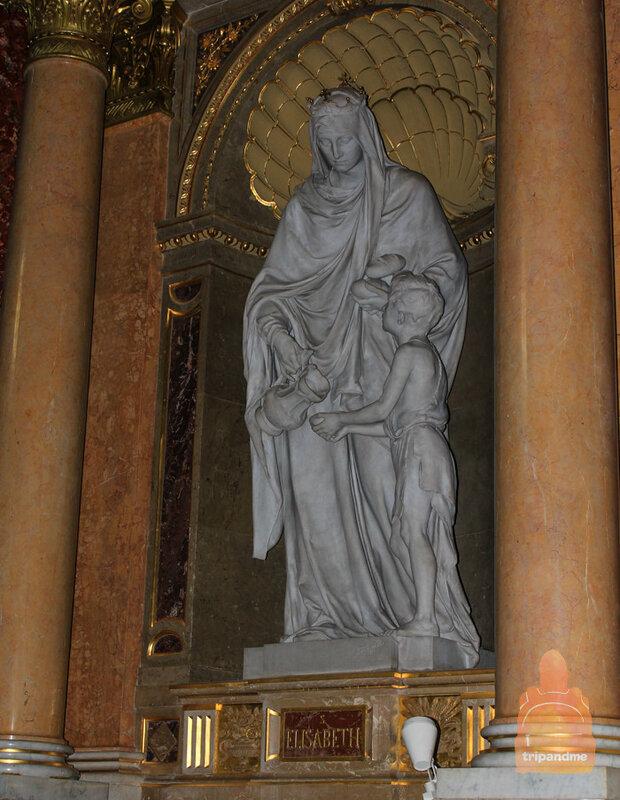 В здании установлены различные статуи