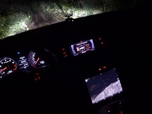Audi Q7 едет по бездорожью